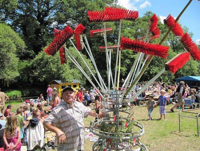 Les vingt balais de la fête et c'est le bouquet ! Pari gagné pour tous les participants.