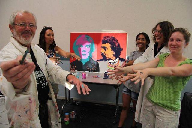 De gauche à droite : Yves Quentel et quatre de ses stagiaires, Hélène, Emilie, Lucie et Pauline, devant la double toile représentant Gauguin et Warhol.