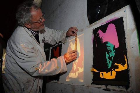 Pop's Quentel devant une des toiles en cours pour l'exposition de New York.