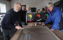 Derniers préparatifs samedi pour Yves Quentel, au premier plan à gauche, et sa troupe d'artistes nizonais. Les tableaux sont estampillés version 20 ans du Hangar't, opération New York.