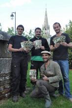 L'équipe de cabaniers est dans les préparatifs de la grande fête dans la vallée de l'Aven à Kerévennou à Nizon.
