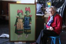 Léna et son tableau, la représentant enfant avec sa soeur.