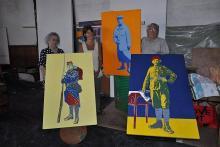 Le Hangar't poursuit l'aventure sur des tables de mémoire. À gauche, Léa Coadic, Annick Blayo et René Coadic respectivement devant le portrait qu'ils ont exécuté, de leur père ou grand-père, sur des tables de bistrot.